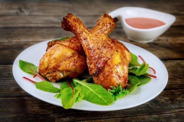 버팔로 소스로 절인 구운 닭고기 나지만. 확대.