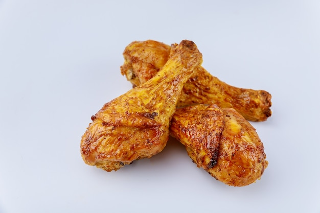 버팔로 소스와 함께 절인 구운 된 닭고기 나지만 흰색 배경에 고립. 확대.