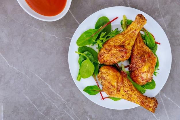 버팔로 소스로 절인 구운 닭고기 나지만. 평면도.