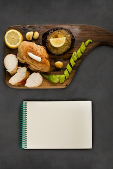 Filetto di pollo alla griglia servito con limone e peperoncino
