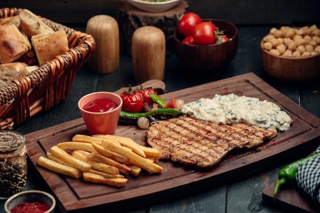 Filetto di pollo alla griglia con salsa di funghi cremosa, patatine fritte e ketchup