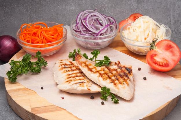 Куриное филе гриль с луком, морковью, капустой