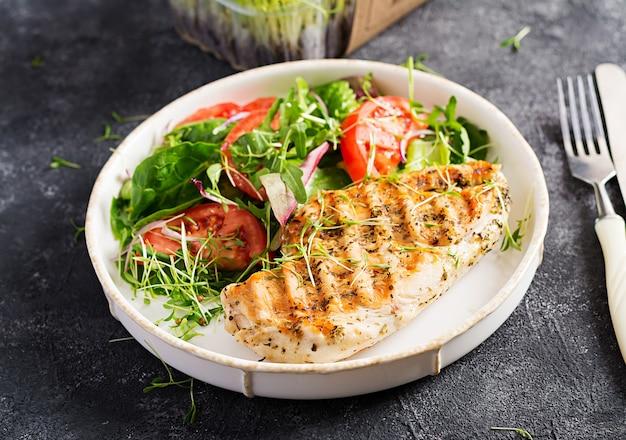 Куриное филе на гриле с салатом. кето, кетогенная, палеодиета. здоровая пища. концепция обеда диеты.