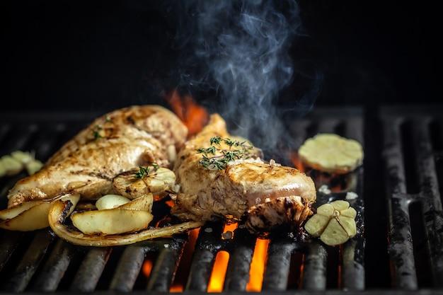 火に逆らってフォークで刻んだ鶏ササミのグリル
