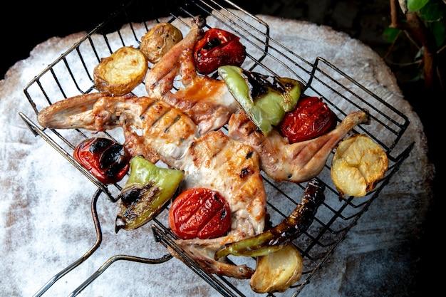 야채와 치킨 케밥 구이