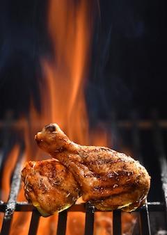불타는 그릴에 구운 닭 다리