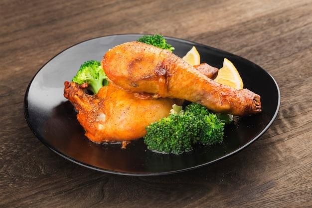 삶은 감자와 야채를 곁들인 구운 닭다리