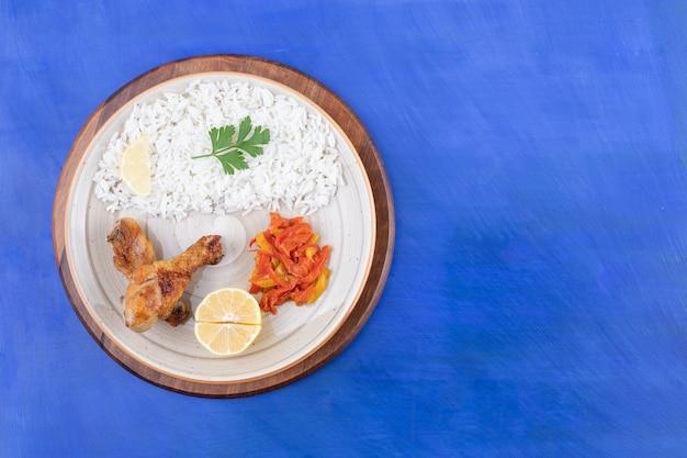 구운 닭다리 살과 맛있는 밥 무료 사진