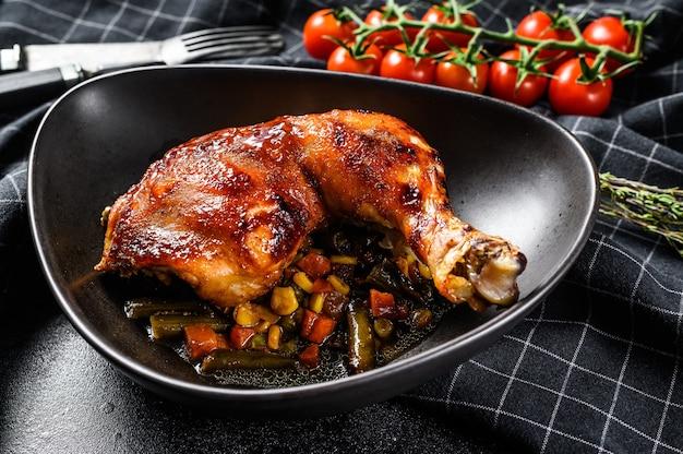 향신료와 마늘로 구운 닭 다리