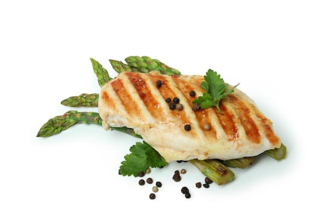 Куриное мясо на гриле, спаржа и ингредиенты на белом фоне