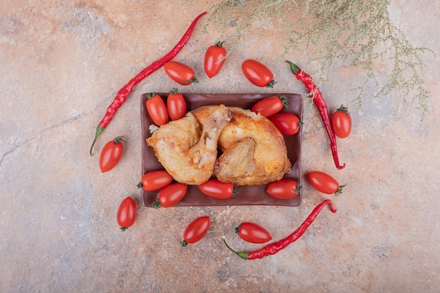 Carne di pollo alla griglia con peperoncino rosso e pomodorini