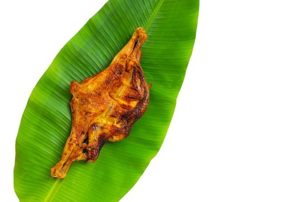 바나나 잎에 구운 닭, 태국 스타일 음식.