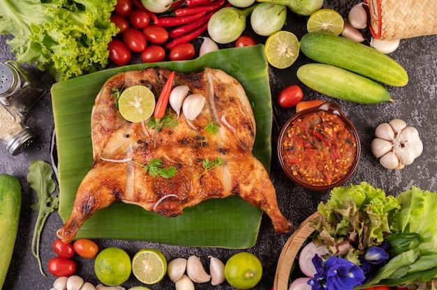 Pollo alla griglia su un piatto con riso appiccicoso.