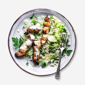 グリルチキンの串焼きとグリーンサラダメニューのレシピのアイデア