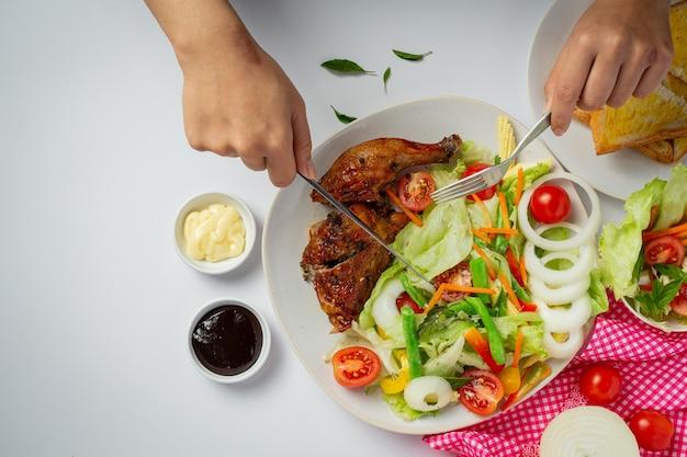 Жареный куриный стейк и овощи на мраморном фоне