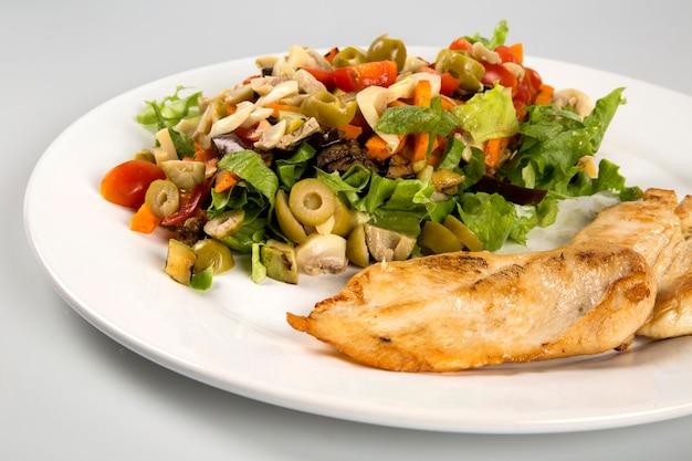 グリルチキンステーキと野菜。