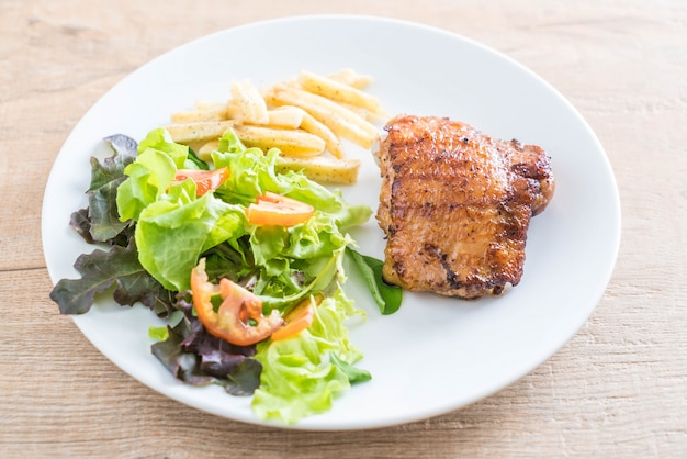 Куриный стейк на гриле с картофелем фри и овощным салатом