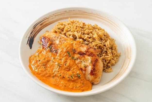 레드 카레 소스와 쌀을 곁들인 구운 치킨 스테이크 - 이슬람 음식 스타일