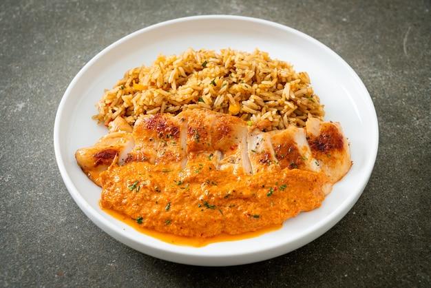 Куриный стейк на гриле с красным соусом карри и рисом - мусульманский стиль еды