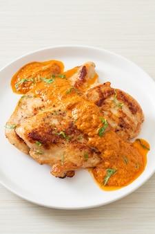 레드 카레 소스를 곁들인 구운 치킨 스테이크 - 이슬람 음식 스타일