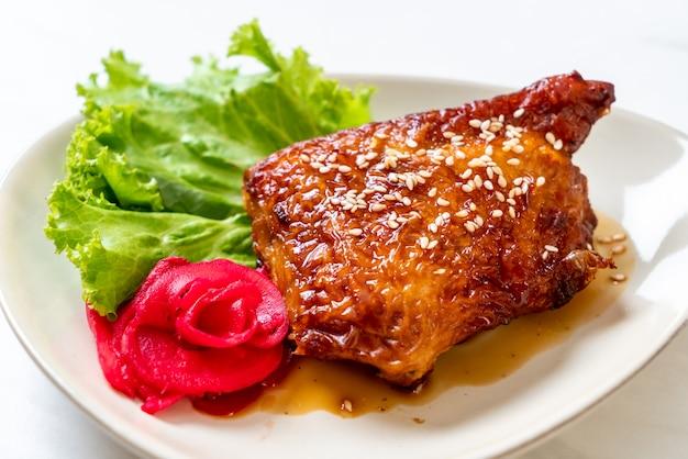 데리야끼 소스를 곁들인 구운 치킨 스테이크