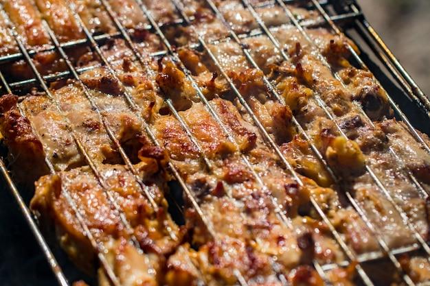 Бедро цыпленка-гриль на раскаленном гриле.