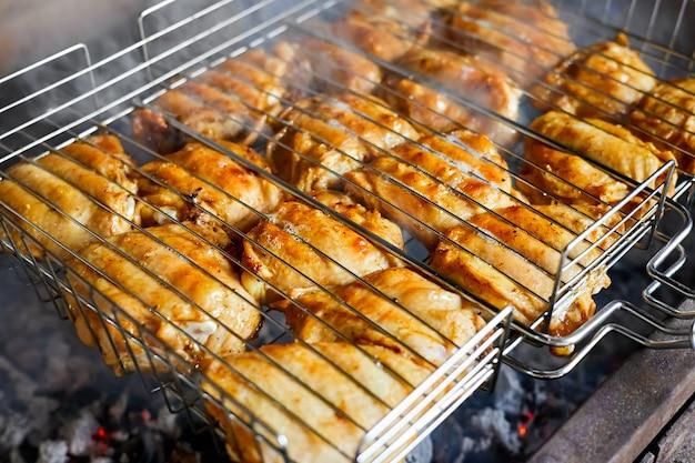 Бедро цыпленка гриль на пламенном гриле