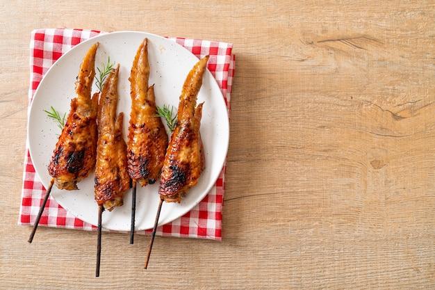 접시에 구운 닭 날개 꼬치