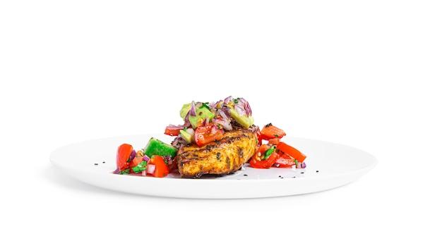Курица-гриль с салатом сальса из авокадо изолированно кето-диета