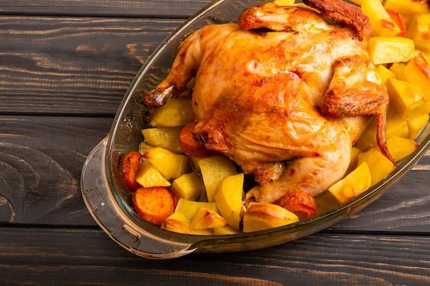 나무 테이블에 구운 감자 구이 치킨