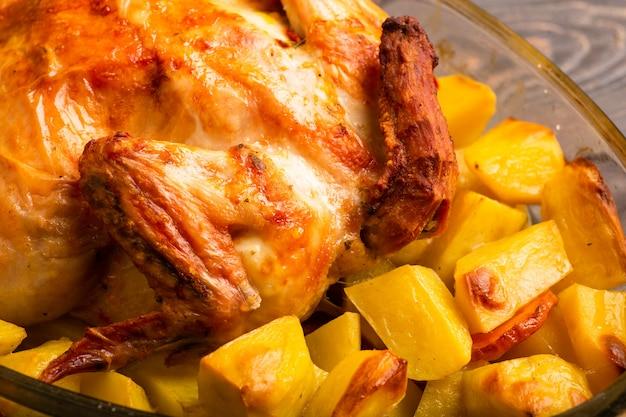 나무 테이블에 구운 감자 구이 치킨 프리미엄 사진