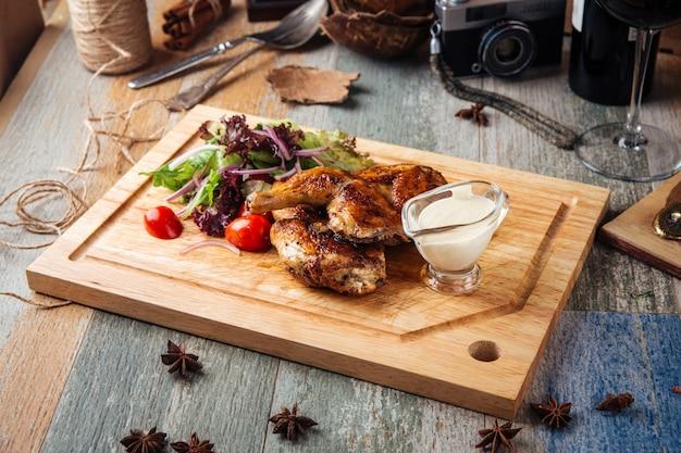 木製のテーブルの緑と鶏のグリル