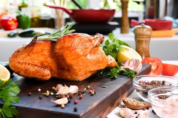 부엌에 있는 나무 도마에 재료를 넣은 구운 닭고기
