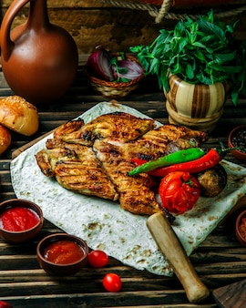 Grilled chicken with pepper and tomato