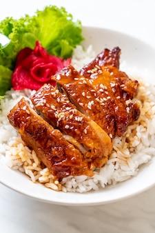 밥 위에 데리야끼 소스를 곁들인 구운 닭고기