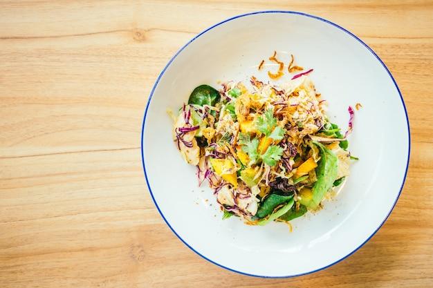 Жареная курица с овощным салатом
