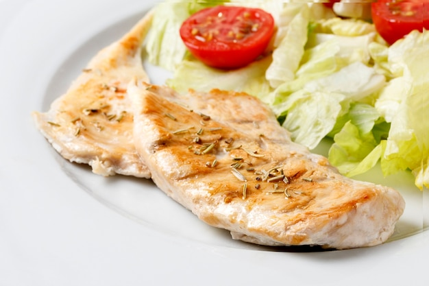 Курица на гриле с розмарином и салатом из листьев салата с помидорами черри