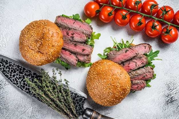コールドカットのグリル、ルッコラとほうれん草のローストビーフバーガーサンドイッチ