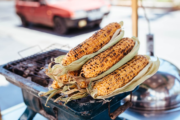 Кукуруза-гриль продается на базаре. уличная торговля фаст-фудом для вегетарианцев.
