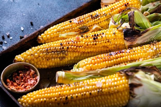 소금, 파프리카, 버터로 구운 옥수수.