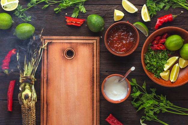 トウモロコシのグリルとハーブとソース。伝統的なメキシコ料理とラテンアメリカ料理、トップビュー