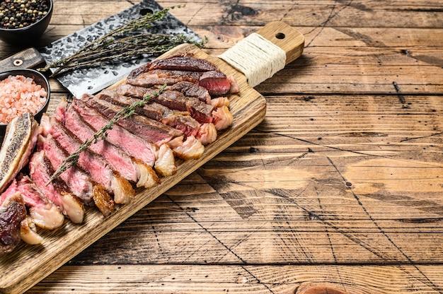 Ковбойский стейк из говядины на гриле или рибай с травами и специями