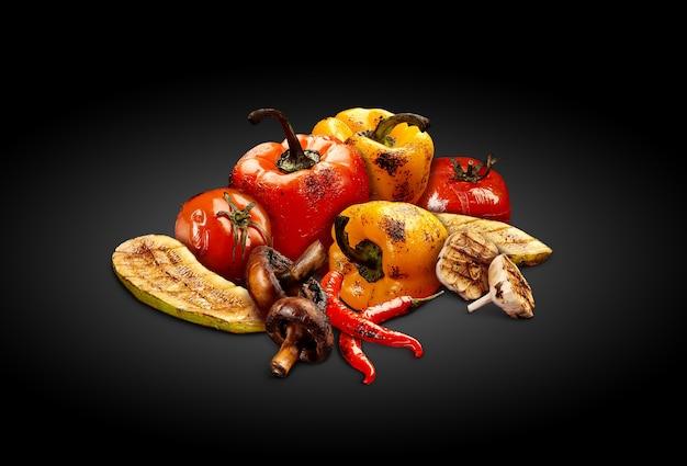 グリルしたおいしい赤と黄色のピーマントマトズッキーニシャンピニオンチリと半分のガール...