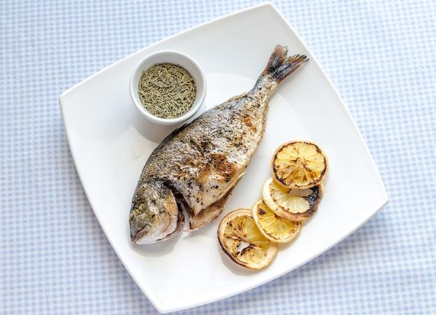 Жареная рыба дорада с лимоном и шпинатом
