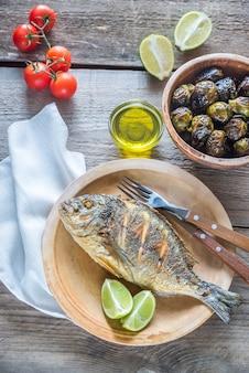 Дорада royale на гриле рыба со свежими и запеченными овощами