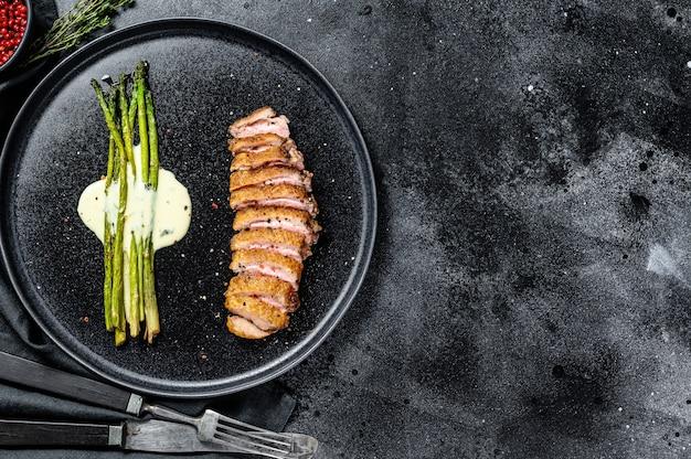 鴨胸肉のグリルステーキと焼きアスパラガス