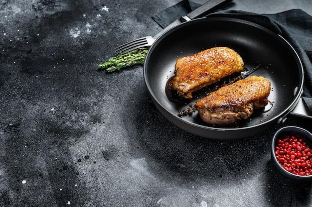 鴨胸肉のフライパン。上面図。コピースペース