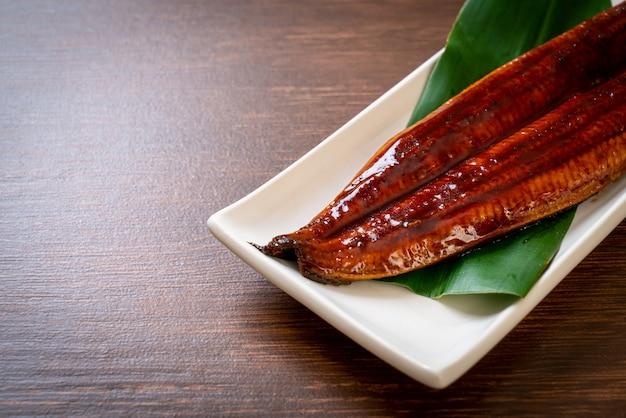 Угорь на гриле или унаги на гриле с соусом (кабаяки) - японская кухня.