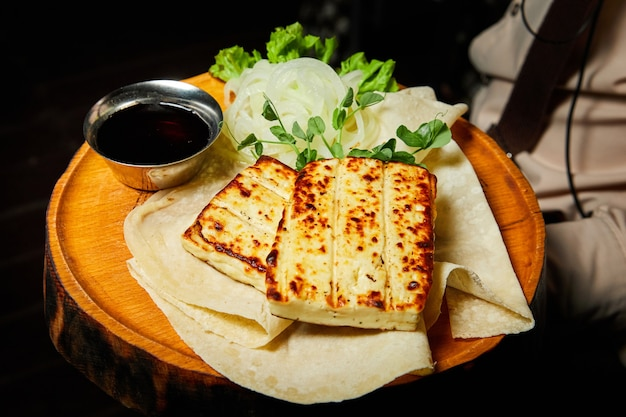 Жареный сыр фета или брынза с лавашем и маринованным луком