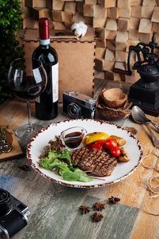 Филе миньон на гриле стейки с овощами и соусом